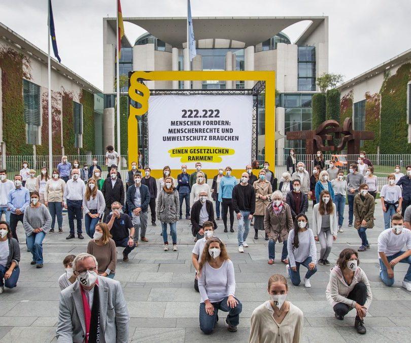 Mehr als 222.222 Unterschriften: Initiative Lieferkettengesetz protestiert vor dem Bundeskanzleramt